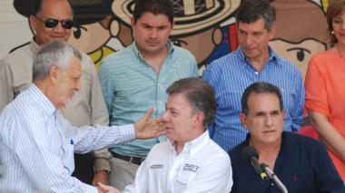 El presidente en el saludo con el gobernador de Sucre. Atento, el alcalde de Sincelejo.