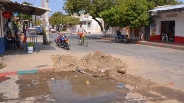 Samarios rompen el pavimento en busca de agua