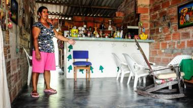 Rita Hernández muestra orgullosa el piso de cemento que estrenó desde hace tres meses en su casa de Baranoa.