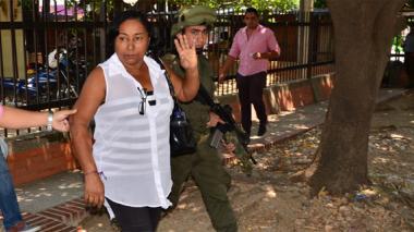 La funcionaria detenida, a su salida de Medicina Legal de Valledupar.