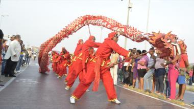 Los grupos artísticos desfilaron por el centro de Cartagena.