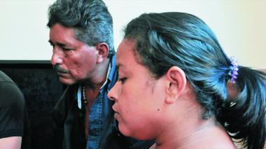 Yebelys Galindo, esposa, y Eudez De la Hoz, padre del obrero que perdió la vida.