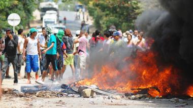 Los habitantes de Toluviejo por segundo día consecutivo bloquearon con la quema de llantas y palos la vía que conduce al sector turístico y el corredor comercial con el interior.