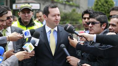 Jorge Perdomo, vicefiscal general de la Nación, anunciando la captura del presunto responsable del ataque con ácido.