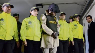 Jonathan Vega es conducido, fuertemente escoltado, ante un juez de control de garantías en la ciudad de Bogotá.