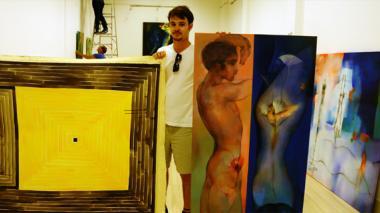 Ernesto García Sánchez con algunas de sus obras y de su padre, Ernesto García Peña.