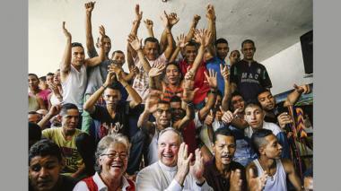 Durante un momento de esparcimiento los reclusos compartieron al ritmo de las palmas y de canciones tropicales con monseñor Jairo Jaramillo.