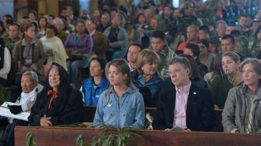 El mandatario asistió, junto a su familia, a la misa del inicio de la Semana Santa, donde leyó una plegaria por la paz.