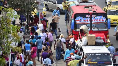 Algunos viajeros usaron los buses que salían de la terminal ilegal de la calle 30 Inem, para dirigirse a sus destinos.