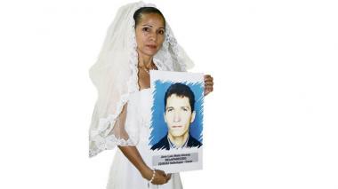 Mara Nieto muestra la foto de su hermano José Luis, desaparecido en mayo de 2003.