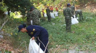 Autoridades recogen 20 toneladas de basura del río Manzanares, en Santa Marta