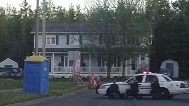 Centenares de agentes buscan al autor de un tiroteo en Canadá