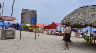 Un buen número de turistas disfrutaron ayer del balneario de Playa Blanca.