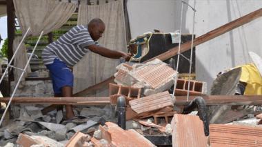 Orlando Torres se dedicó a sacar los escombros de su casa.