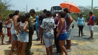 Por falta de agua, habitantes de Puebloviejo protestaron en la vía que conduce a Santa Marta