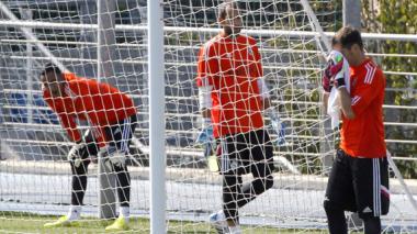 Iker Casillas (derecha), Diego López (centro) y Keylor Navas (izquierda) durante el entrenamiento de este martes en la ciudad deportiva de Valdebebas.