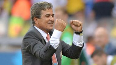 Pinto reconoce interés de Perú y Corea del Sur para ser su seleccionador