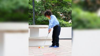 Diego practica el golf en la terraza del edificio donde vive.