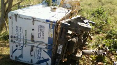 El camión accidentado dio varias vueltas.
