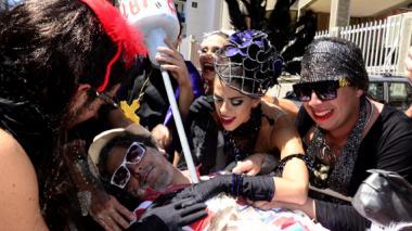 Las viudas del 'Espectro de Joselito' lloraron y gritaron en su 'performance'.