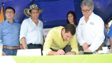 En la foto, el gobernador del Magdalena durante la firma del convenio para la vía Santa Marta- Minca, el pasado mes de septiembre.