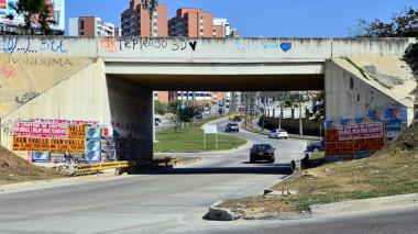 Puente de la carrera 46 con pósters alusivos a conciertos y obras de teatro.