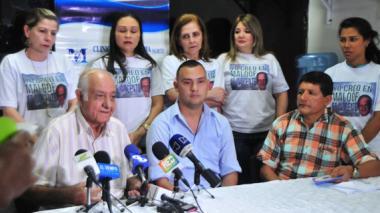 El padre del exsenador, Enzo Maloof, el hijo del exalcalde de Santo Tomás, Juan Mejía, y el abogado de Dieb Maloof, Luis Ortiz, durante la conferencia de prensa.