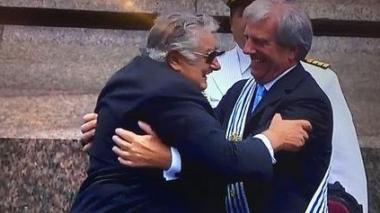 Mujica devuelve la banda presidencial a Vázquez