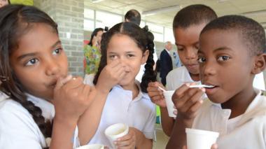 Niños de Pies Descalzos alimentándose con Vitameal.