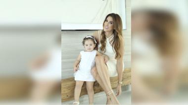 Madre e hija vistieron de blanco para el evento de lanzamiento, el pasado miércoles.