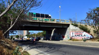 Imagen del puente de la carrera 51B que será demolido para crear el nuevo que permita el paso de la doble calzada.