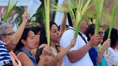 Los feligreses que asistieron a la Catedral portaron la tradicional palma de cera, en el primer acto de la Semana Mayor.