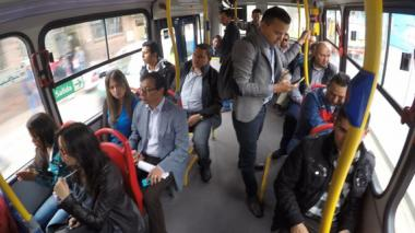 El alcalde de Bogotá, Gustavo Petro, y su esposa, se movilizaron en el Sistema de Transporte Público de Bogotá, durante la jornada del día sin carro.