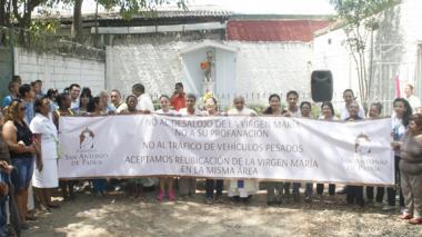 Los fieles rodearon ayer el altar a fin de orar para que sea levantada la orden judicial.