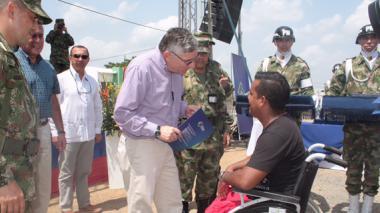 El viceministro de Defensa, general (r) José Javier Pérez, entrega la escritura a uno de los soldados beneficiados con el programa.