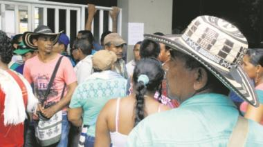 Los padres de familia se concentraron en la puerta de la Gobernación de Córdoba.