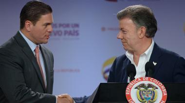 El presidente Juan Manuel Santos saluda al saliente ministro de Defensa Juan Carlos Pinzón.