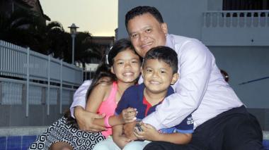 El abogado Robert Castillo, con sus hijos María Paula y Samuel Arturo.