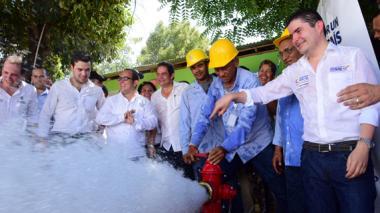 Vargas Lleras, Henao y Gossaín, entre otros, se dieron un baño en la inauguración del acueducto de El Carmen.