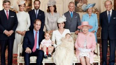 La familia real británica, muy sonriente en las fotos del bautizo de Carlota