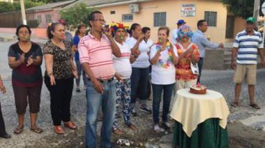 Momento en que los habitantes del barrio le cantaban el cumpleaños al hueco.