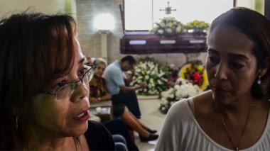 Yamile e Inírida Fontalvo hablan en la funeraria de la vida de su padre.