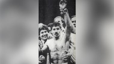 El Happy Lora, con el puño levantado tras  derrotar a Daniel Zaragoza el 9 de agosto de 1985, en una gesta deportiva memorable.