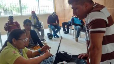 Algunos de los motociclistas, mientras eran atendidos en la nueva sede del Tránsito en Sabanalarga.