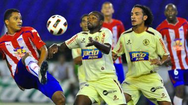 Acción de juego entre Junior y León de Huánuco, en la edición de la Copa Libertadores 2011.