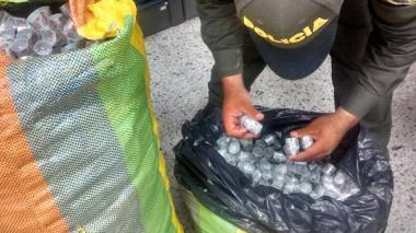 El producto estaba empacado en bolsas negras guardadas dentro de dos bultos de colores.