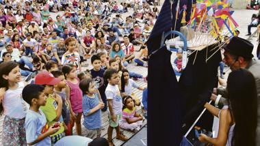 Los niños participaron del 'show' del cuentero argentino Gabriel Von Fernández.