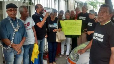Los manifestantes permanecen encadenados a las rejas del consulado.