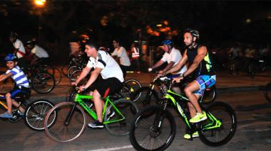 Grupo de niños, jóvenes y adultos pertenecientes al colectivo Biela Quilla rumbo a Soledad, a unos 26 kilómetros del parque de la Electrificadora, en el recorrido semanal.