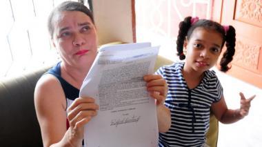 Alix Álvarez muestra los fallos de tutela a favor de su hija para que la atiendan con prioridad en Coomeva.